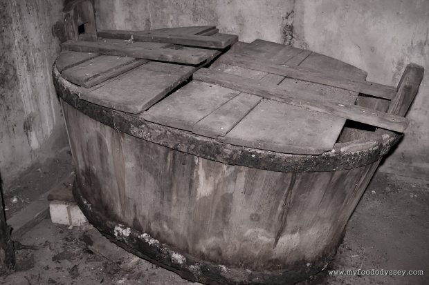 Old Wooden Bathtub | www.myfoododyssey.com