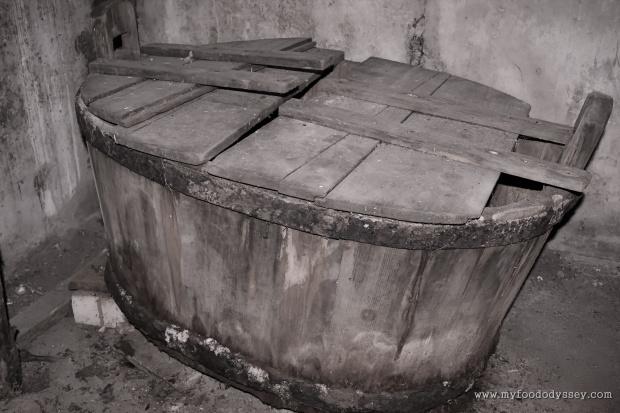 Old Wooden Bathtub | www.myfoododyssey.com